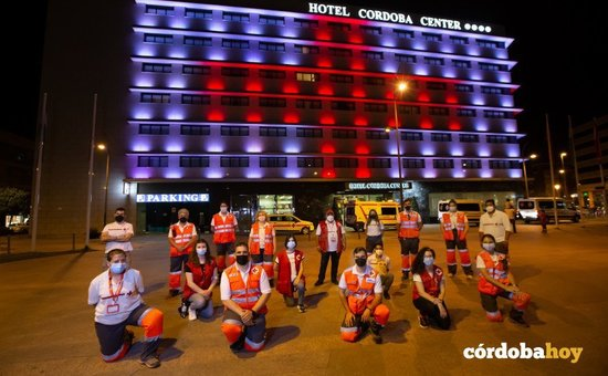 El hotel Córdoba Center iluminado en honor a la Cruz Roja