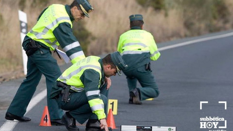 Agentes de la Guardia Civil realizan el atestado de un accidente de tráfico