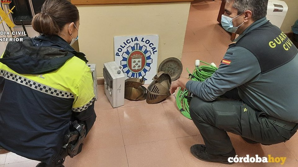 Policía Local de Baena y Guardia Civil con el material recuperado