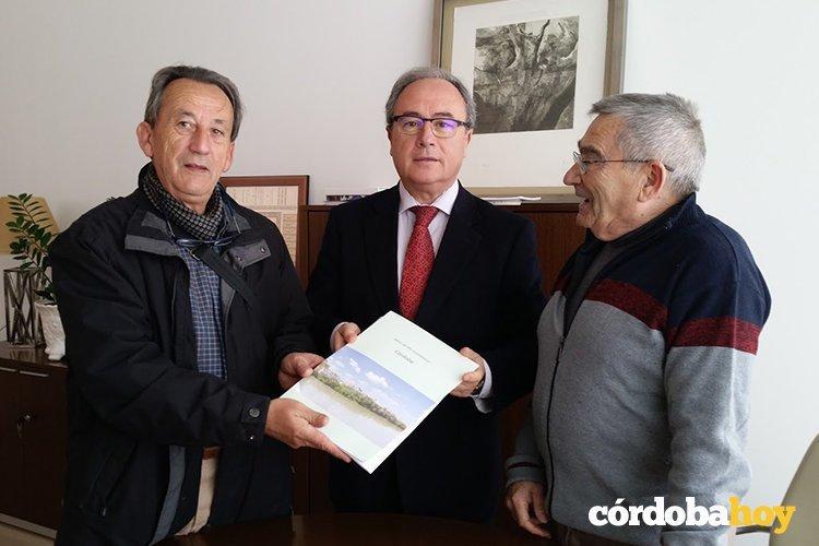 Francisco León entregaen CECO  el informe del proyecto a Antonio Díaz en presencia de Rafael Soto