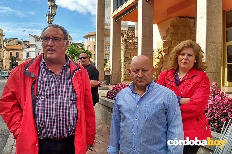 Francisco Moro y otros delegados de CTA tras la séptima protesta sindical por la política de empleo del Ayuntamiento