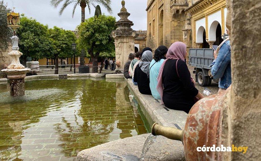 Visitantes esta mañana en la Mezquita-Catedral antes de decretar su cierre