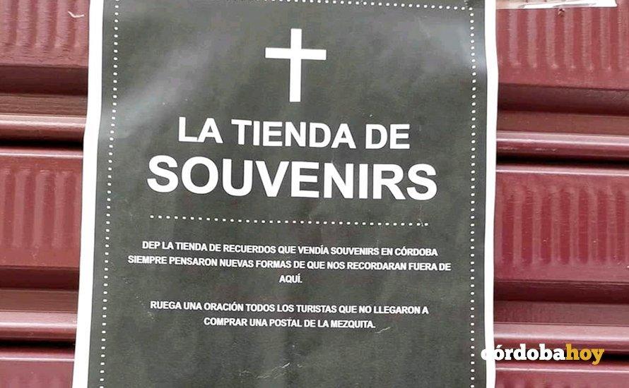 Carteles sobre la muerte del comercio especializado en Córdoba