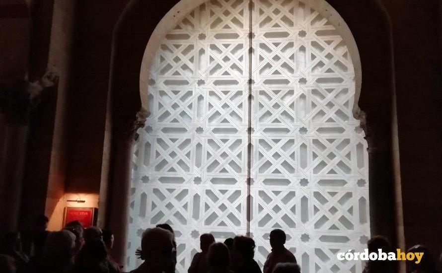 Interior de la segunda puerta de la Mezquita de Córdoba, cubierta por una lona con la imagen de la celosia retirada
